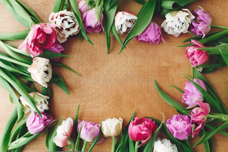 Olá! mola Cartão floral As tulipas dobro bonitas da peônia moldam a configuração do plano na tabela de madeira, espaço para o tex foto de stock