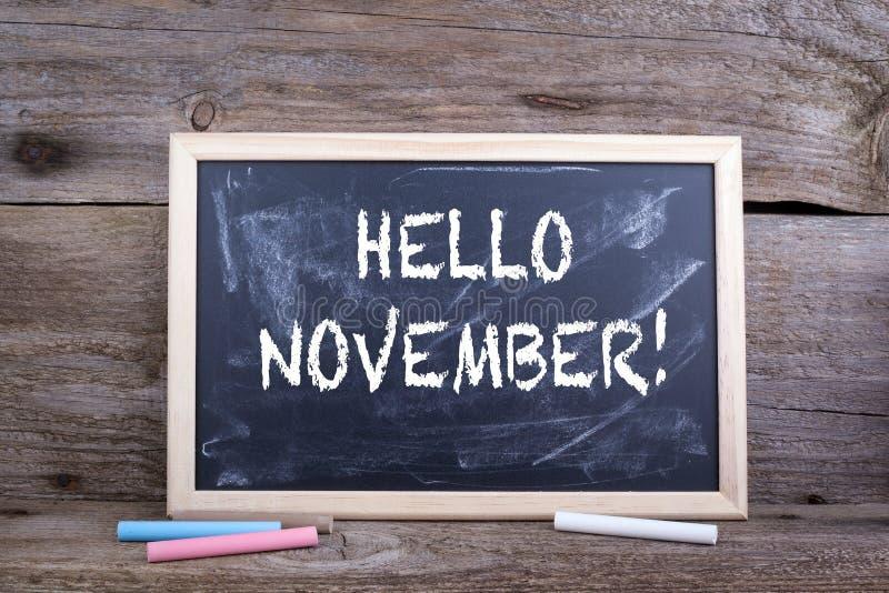 Olá! novembro! Fundo de madeira velho com textura e bla do giz fotos de stock