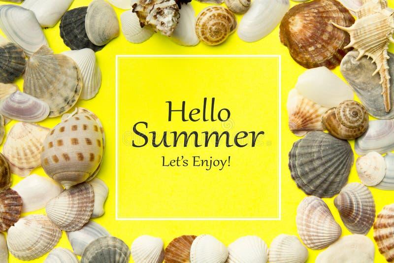Olá! o verão, Let's aprecia Conceito das horas de verão com mar imagens de stock royalty free