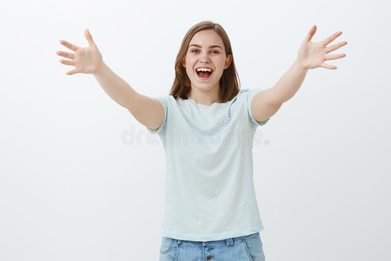 Olá! os muitos tempos nenhuns consideram Menina agradável alegre amigável com o cabelo marrom curto que puxa as palmas no gesto d imagens de stock royalty free