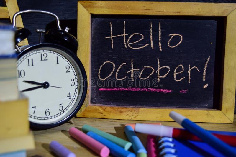 Olá! outubro em escrito à mão colorido da frase no quadro-negro foto de stock