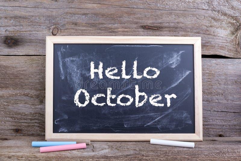 Olá! outubro no quadro-negro fotografia de stock