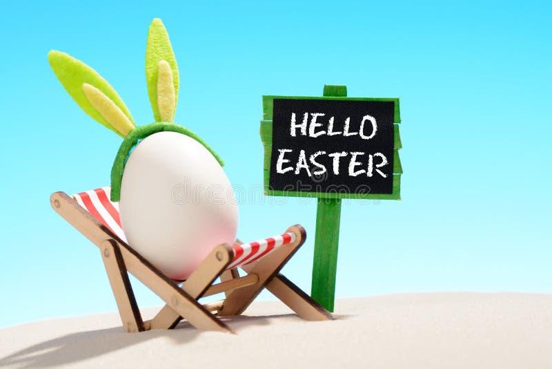 Olá! Páscoa e ovo no vadio do sol fotografia de stock royalty free
