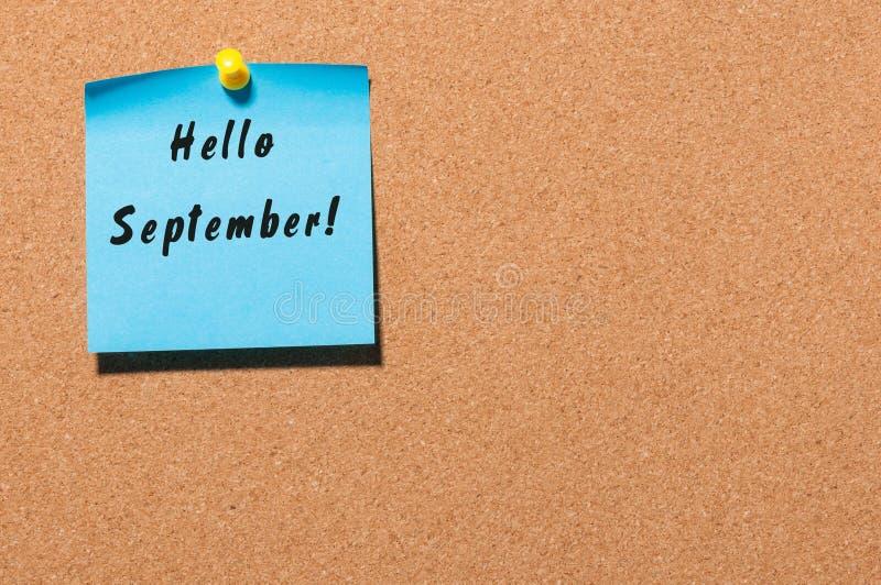 Olá! setembro escreveu no papel fixado ao quadro de mensagens Conceito de Autumn Time fotografia de stock royalty free