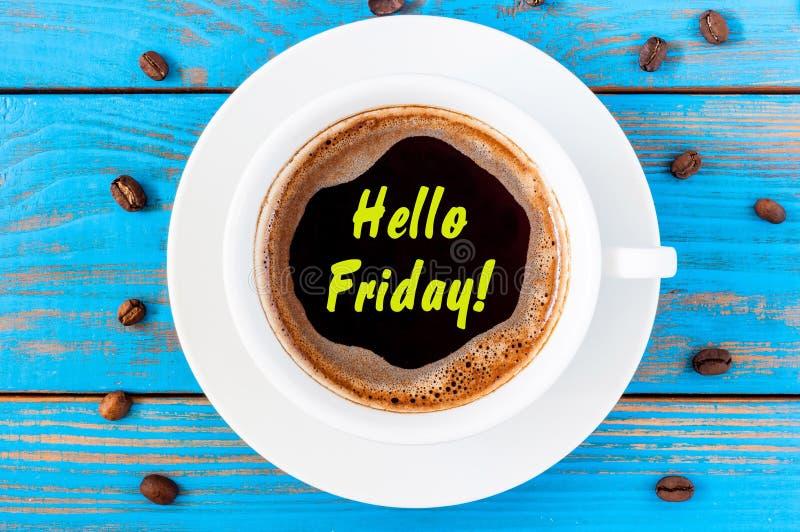 Olá! sexta-feira de manhã caneca de café no fundo de madeira azul Conceito do bom dia imagem de stock royalty free