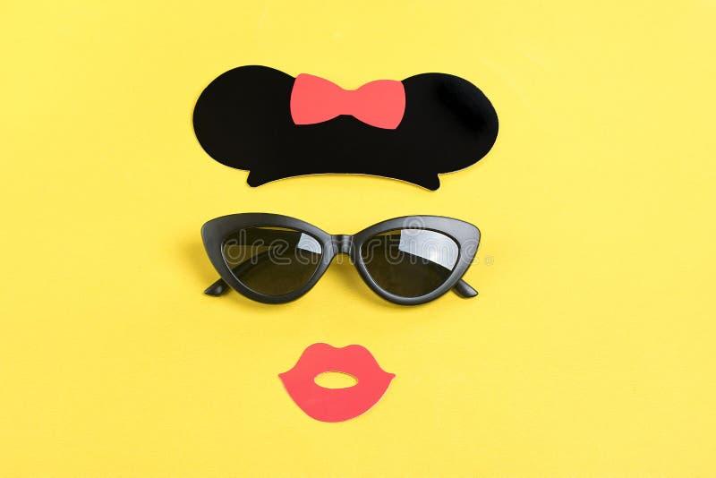 Olá! verão o sol com os óculos de sol pretos à moda, boca de sorriso no fundo amarelo foto de stock