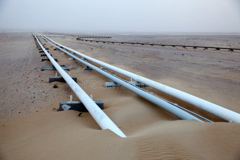 Oléoduc dans le désert photographie stock