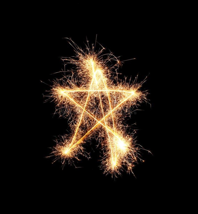 Olśniewająca gwiazda robić sparklers na ciemnym tle fotografia royalty free