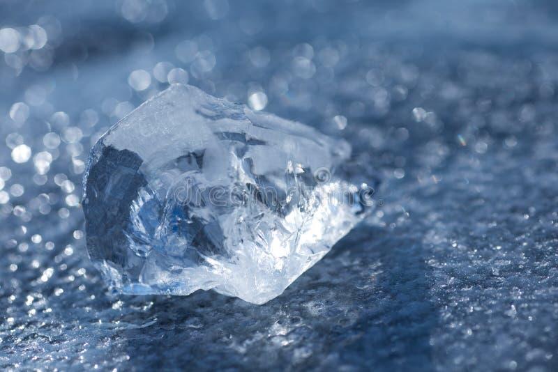 Olśniewający kawałek lodowi kłamstwa na jezioro lodzie zdjęcie stock