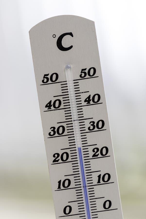 Ola de calor: Termómetro en el verano en un fondo borroso, calor foto de archivo libre de regalías