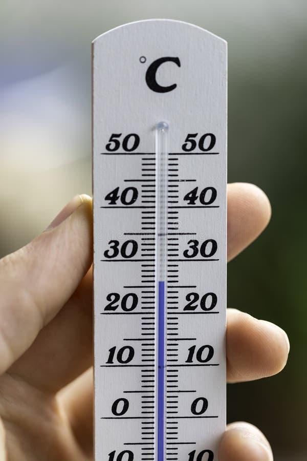 Ola de calor: Termómetro en el verano en un fondo borroso, calor imagenes de archivo