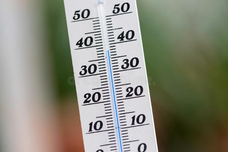 Ola de calor: Termómetro en el verano en un fondo borroso, calor foto de archivo