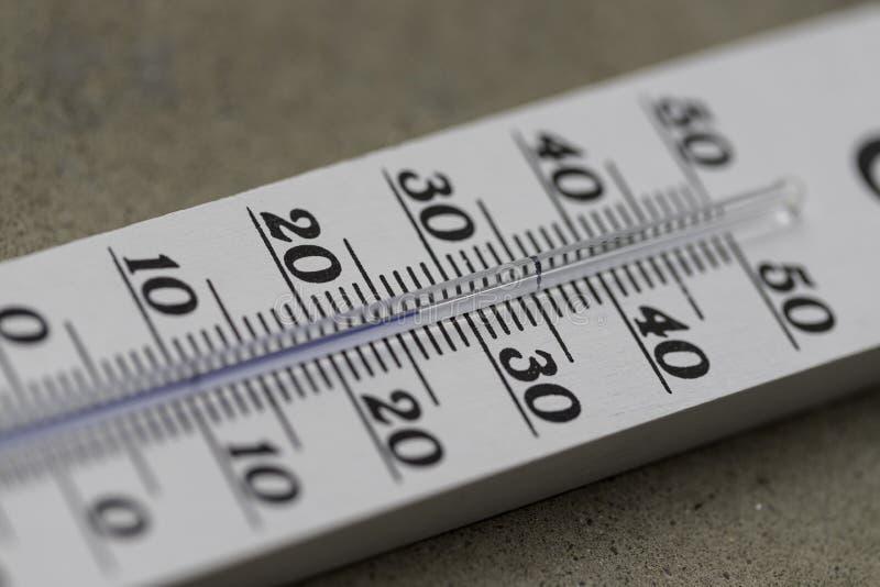Ola de calor: Termómetro en el verano en un fondo borroso, calor imagen de archivo libre de regalías
