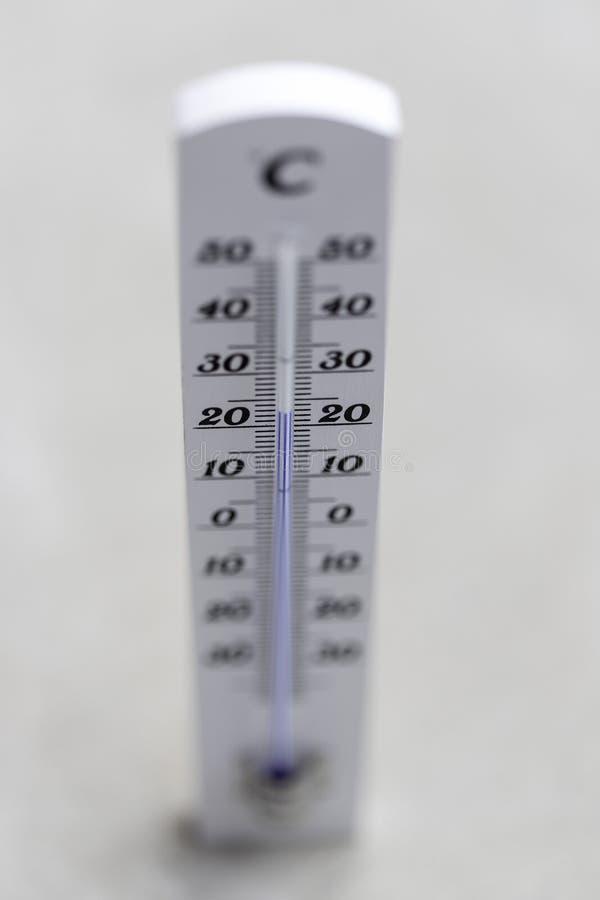 Ola de calor: Termómetro que miente en el piso concreto imagenes de archivo