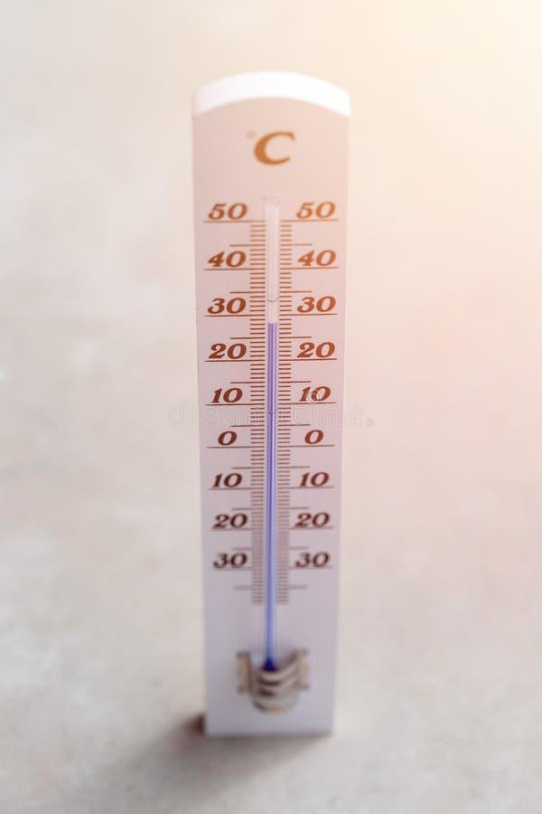 Ola de calor: Termómetro que miente en el piso concreto fotos de archivo