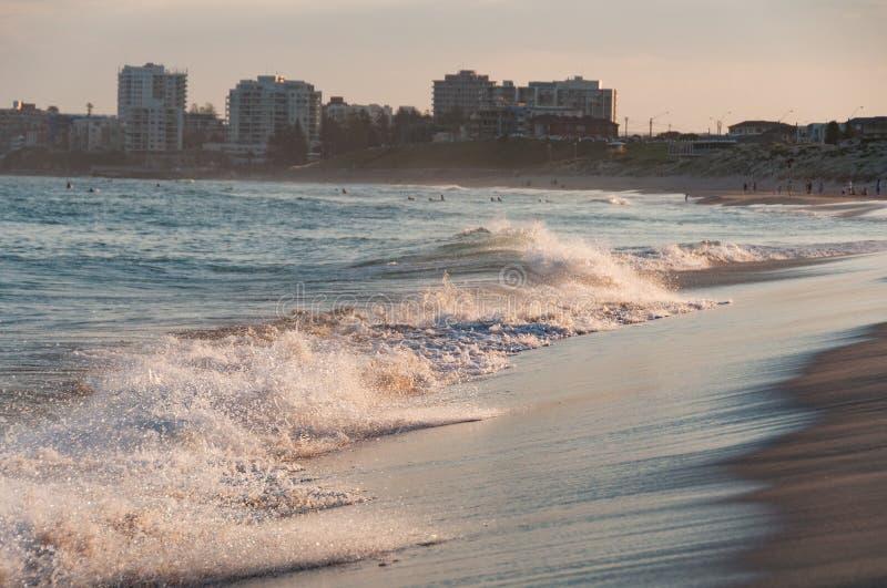 Ola oceánica que machaca en la playa en la puesta del sol fotografía de archivo libre de regalías