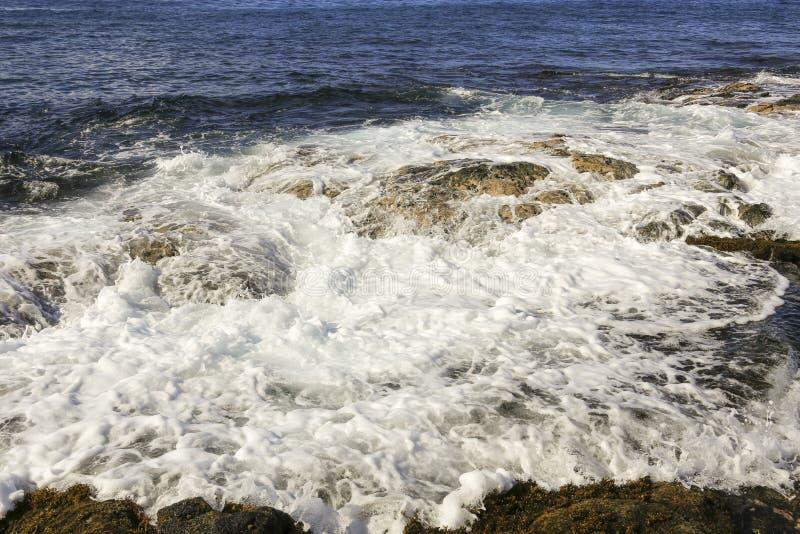 Ola oceánica que se rompe sobre rocas foto de archivo libre de regalías
