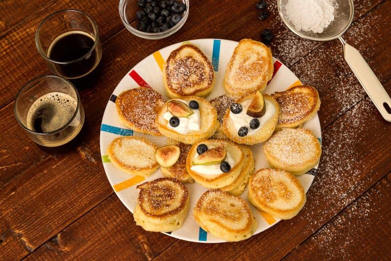 Oladi - pancake tradizionali per la prima colazione nella Repubblica di Moldavia fotografia stock libera da diritti
