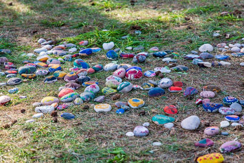 olaglig dumpster i träskogen i sommar arkivfoton