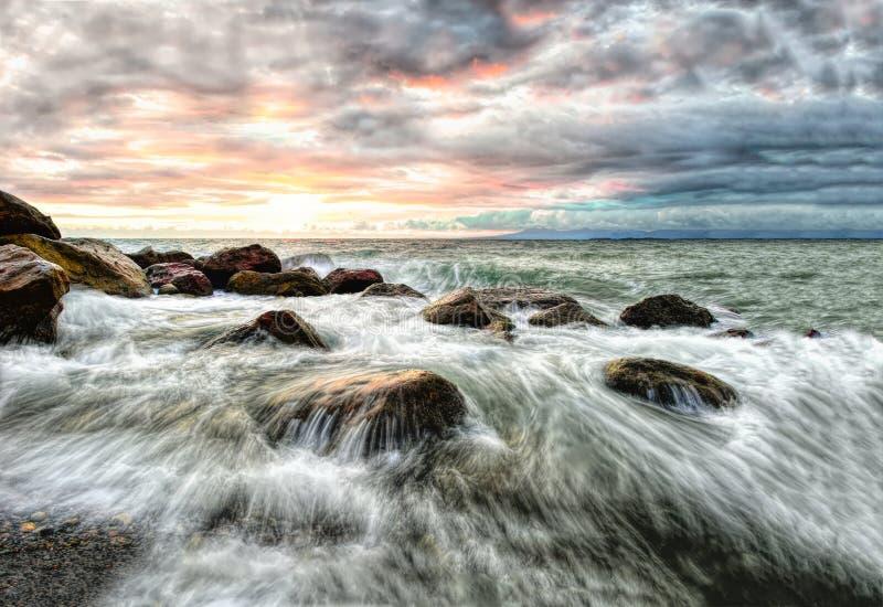 Olas oceánicas de la puesta del sol del paisaje marino fotografía de archivo