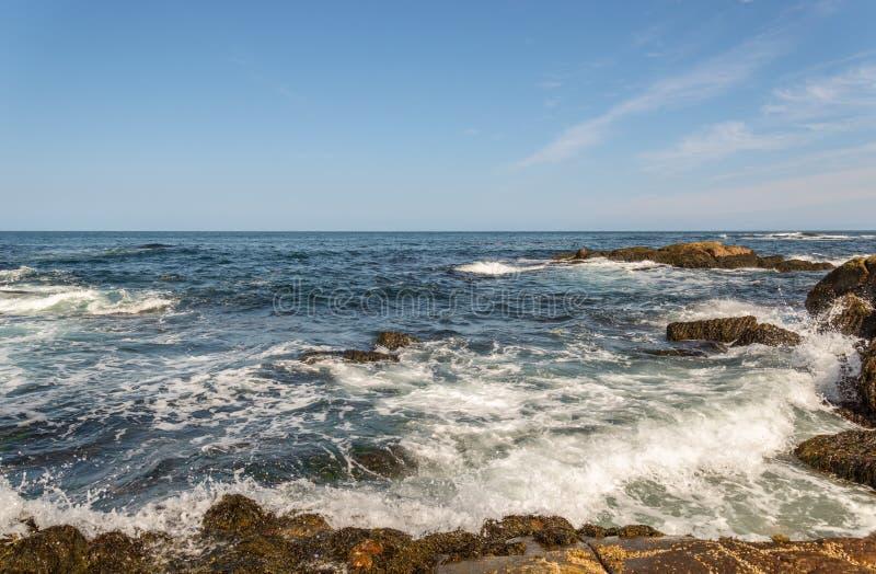 Olas oceánicas que se estrellan contra orilla fotos de archivo