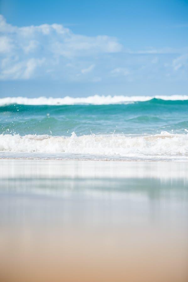 Olas oceánicas que se rompen en la arena imágenes de archivo libres de regalías