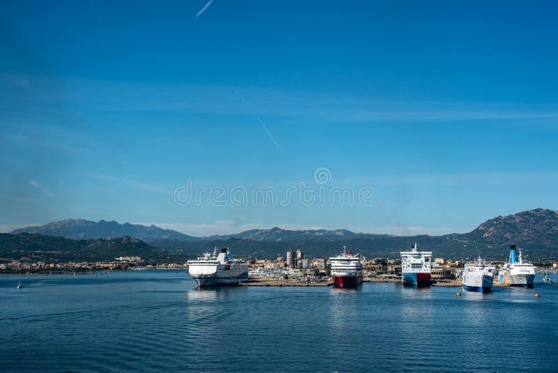 OLBIA hamn för ö för ITALIEN färjahimmel royaltyfria foton