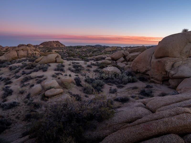 Olbrzymie skały przy zmierzchem w Joshua drzewa parku narodowym zdjęcie royalty free