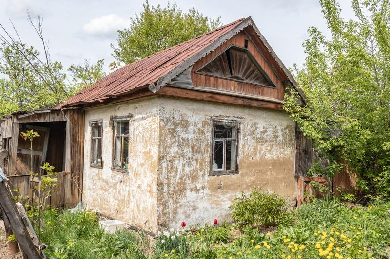 Old abandoned small country house on the plot. Tula region, Russia stock images