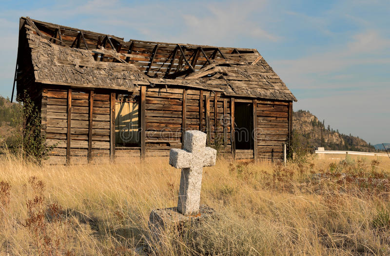 Fisuras Old-broken-wood-house-graveyard-front-59134878