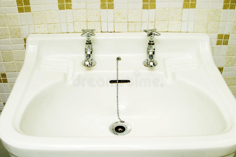 Download Old Fashioned Sink Stock Image. Image Of Faucet, Chrome   552177