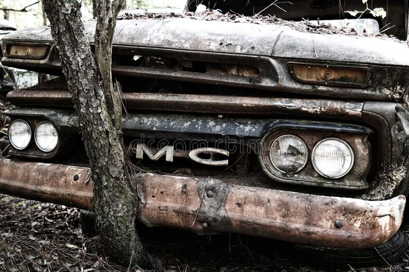 Old GMC Truck in Junk Yard stock afbeelding