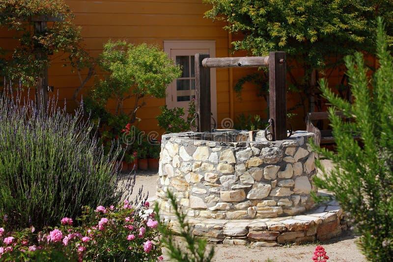 Old Well in Historic Cooper Molera Adobe in Monterey, Kalifornien, USA lizenzfreie stockbilder
