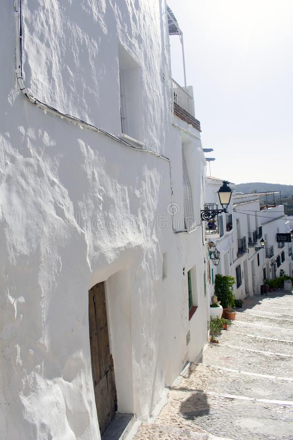 The old whitewashed Spanish village of Frigiliana,on the Costa del Sol.  A steep alley with tighthly packed houses. Spain the white village of Frigiliana stock image