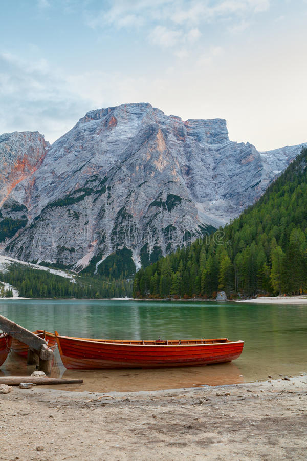 Old wooden house on the Braies lake in the background of Seekofel mountain. In Dolomites,Italy Pragser Wildsee stock images