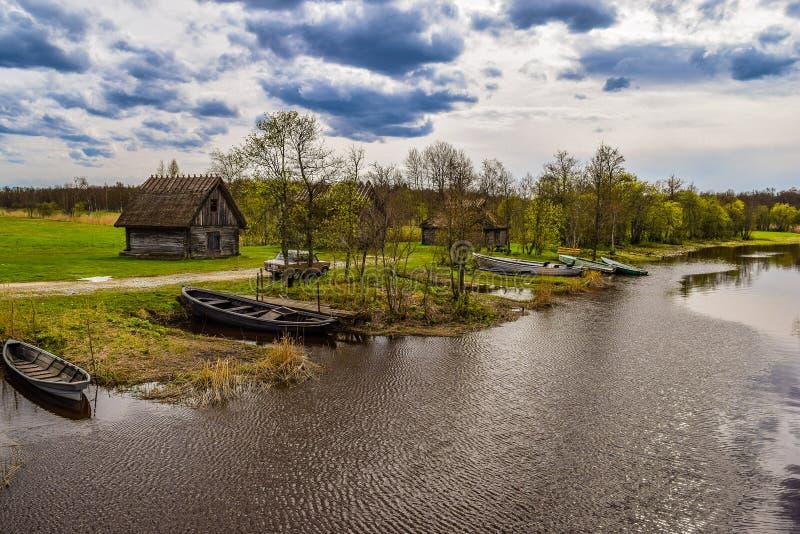Oldehutten en boten bij de rivieroever royalty-vrije stock foto's