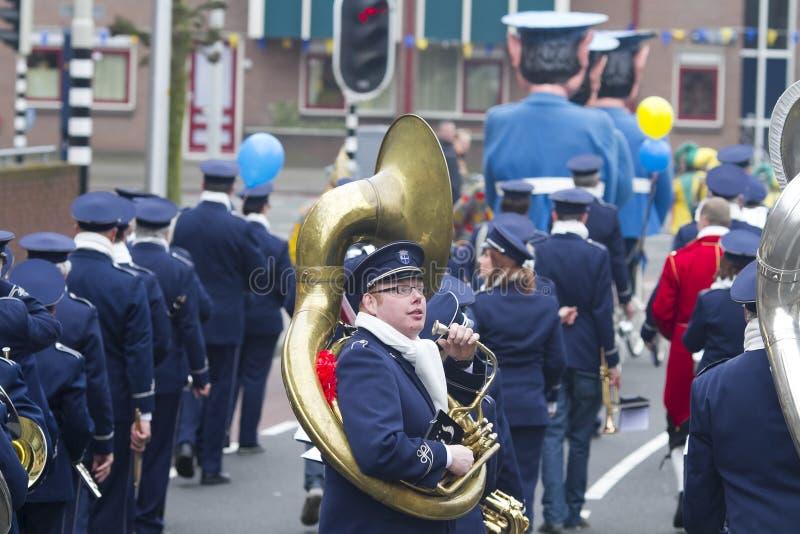 OLDENZAAL, holandie - MARZEC 6, 2011: Muzycy podczas rocznej karnawałowej parady w Oldenzaal, holandie obrazy stock