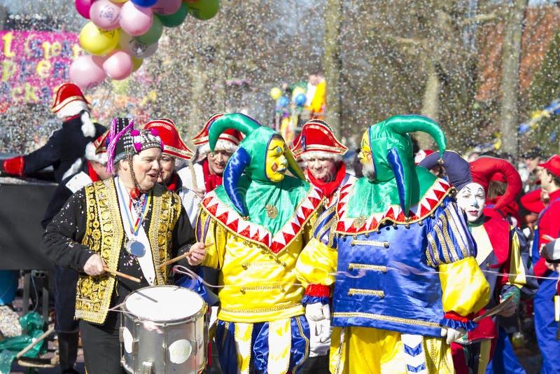 OLDENZAAL NEDERLÄNDERNA - MARS 6, 2011: Folket i färgglad karnevalklänning under den årliga karnevalet ståtar i Oldenzaal som är  royaltyfri foto
