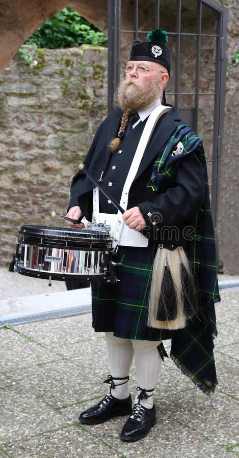 Free Older Man, Scottish, With Long Beard And Kilt, Plays On A Drum, And Drumsticks, He Has Fu Stock Photos - 171572043