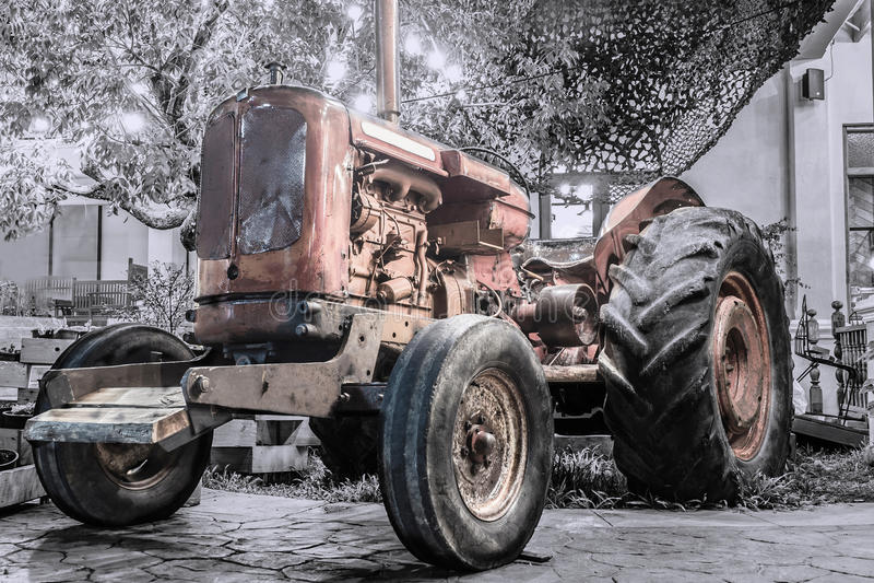 Oldfashioned traktor arkivfoton