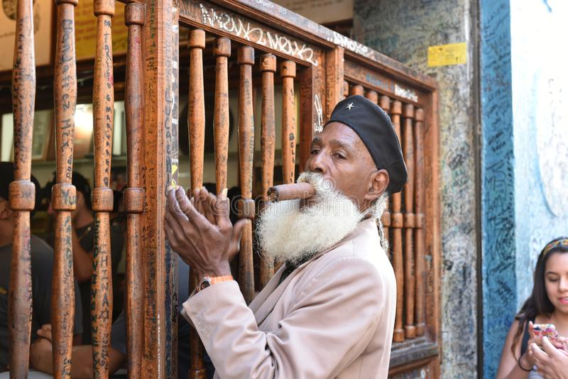 Oldman с сигарой в Гаване стоковые изображения rf