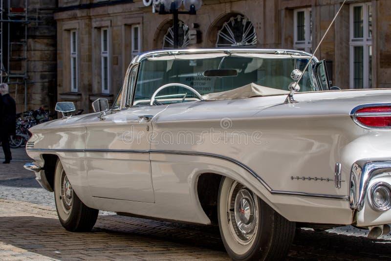 Oldsmobile - convertible desportivo clássico dos anos 60 foto de stock