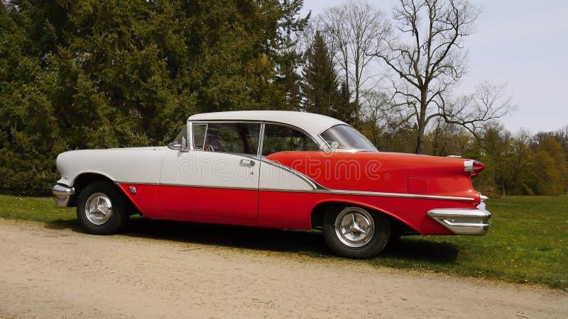 Oldsmobile delta 88, tappningbilar, lyxiga bilar royaltyfri foto
