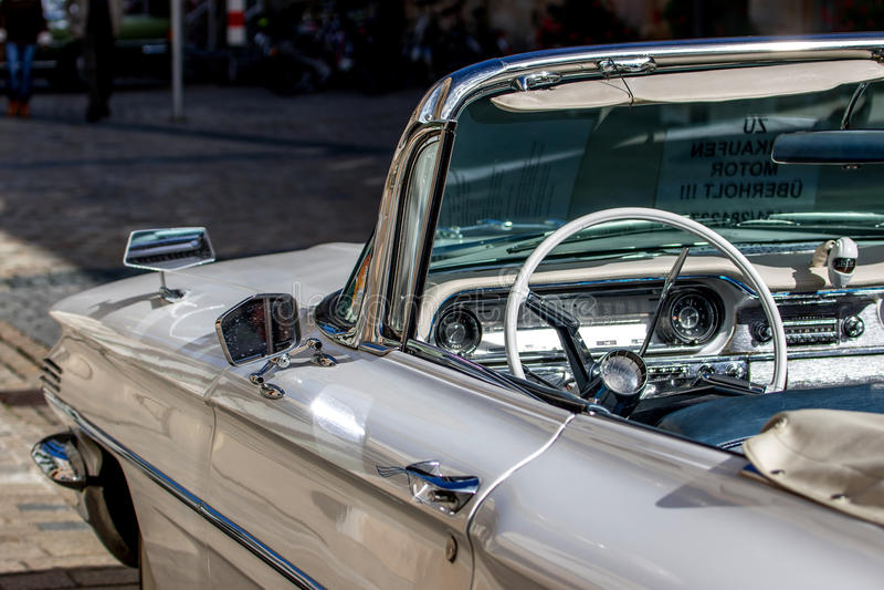 Oldsmobile - klassisk sportig cabriolet av 60-tal royaltyfri bild