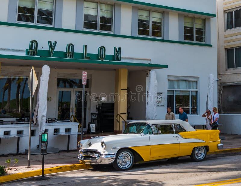 Oldsmobile Rocket 88 parkte durch Avalon Hotel auf Ozean-Antrieb stockbild