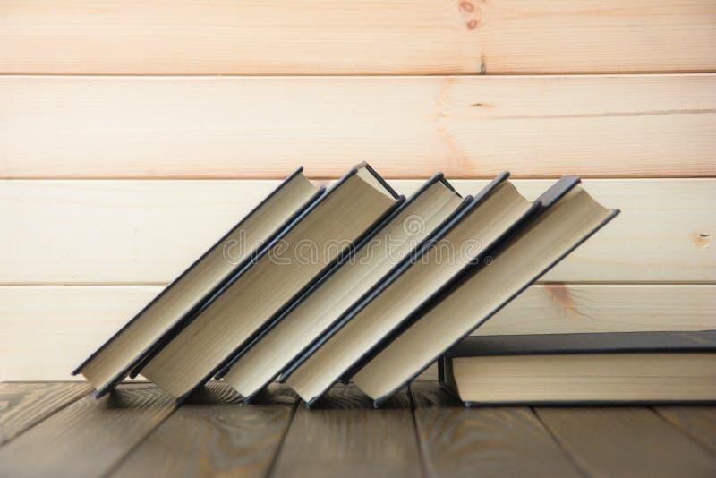 OldStack kolorowe książki Edukaci tło tylna szkoły Rezerwuje, hardback kolorowe książki na drewnianym stole Edukacja biznes zdjęcia stock