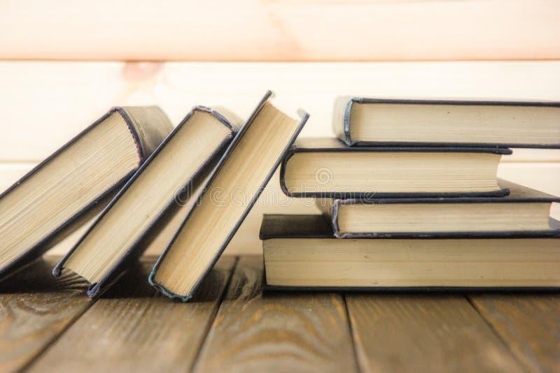 OldStack kolorowe książki Edukaci tło tylna szkoły Rezerwuje, hardback kolorowe książki na drewnianym stole Edukacja biznes zdjęcia royalty free