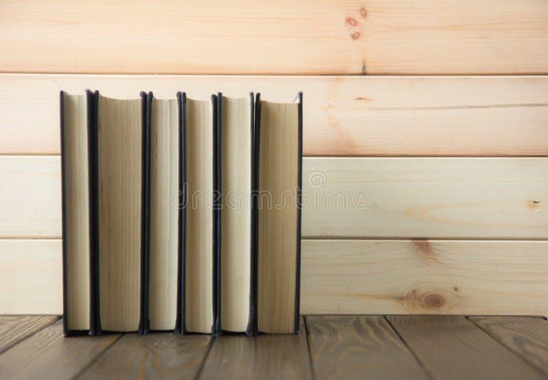 OldStack kolorowe książki Edukaci tło tylna szkoły Rezerwuje, hardback kolorowe książki na drewnianym stole Edukacja biznes obraz royalty free