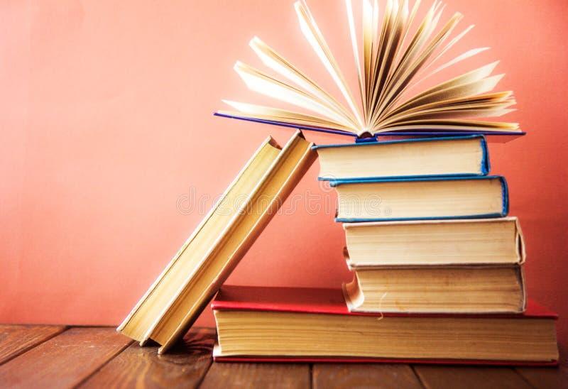 OldStack kolorowe książki Edukaci tło tylna szkoły Rezerwuje, hardback kolorowe książki na drewnianym stole Edukacja biznes obrazy royalty free
