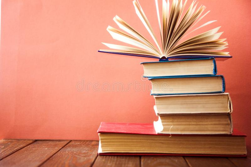 OldStack kolorowe książki Edukaci tło tylna szkoły Rezerwuje, hardback kolorowe książki na drewnianym stole Edukacja biznes fotografia stock
